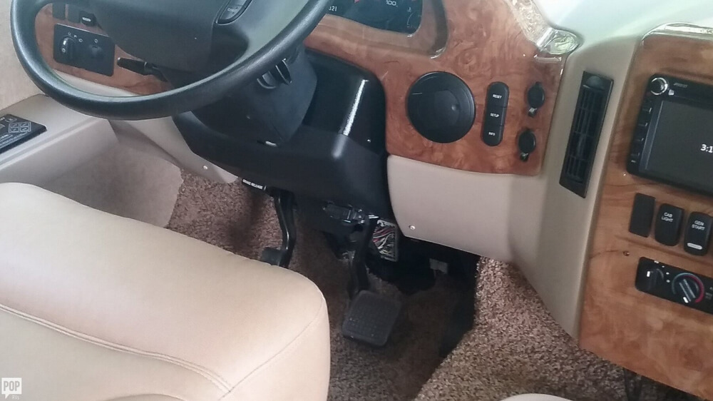 2014 Thor Motor Coach Hurricane 27K, 17