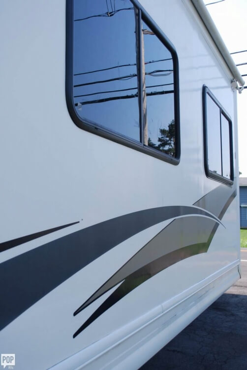 2005 Thor Motor Coach Challenger 353W, 9