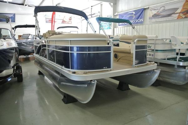 2017 Sun Tracker FISHIN BARGE 20 DLX 60 ELPT COMMAND THRUST FOUR STROKE