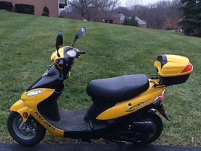 2013 50cc LIKE NEW Scooter low milage gently used by retirees yellow @ black