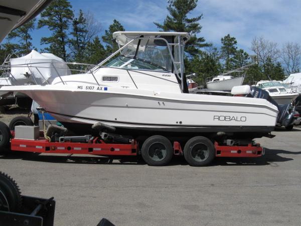 2005 Robalo R-235 Walk Around