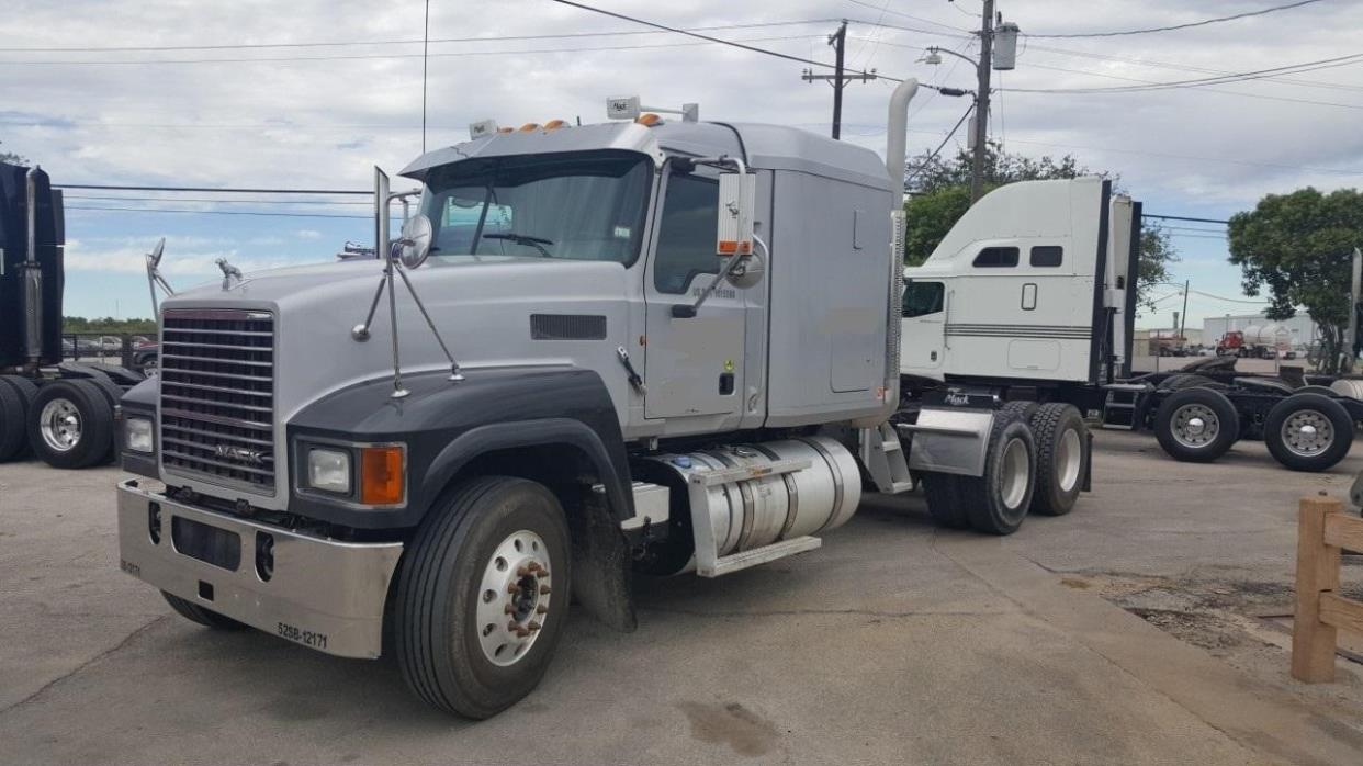 2011 Mack Pinnacle Chu613  Conventional - Sleeper Truck