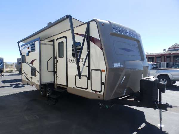 2017  Forest River  ROCKWOOD 2304DS  2 SLIDES  FRONT WALK-AROUND MURPHY BED  SAPPHIRE PACKAGE  POWER STABILIZER JACKS  POWER AWNING  POWER TONGUE