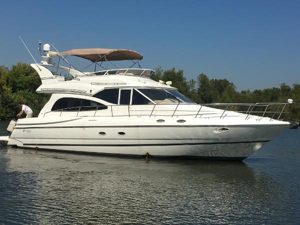 2000 Cruisers Yachts 5000 Sedan Sport