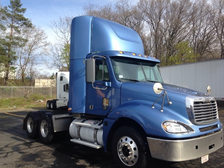2009 Freightliner Columbia 120  Conventional - Day Cab
