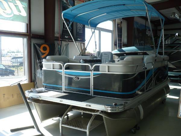 2017 APEX MARINE Qwest Adventure 7514 Cruise