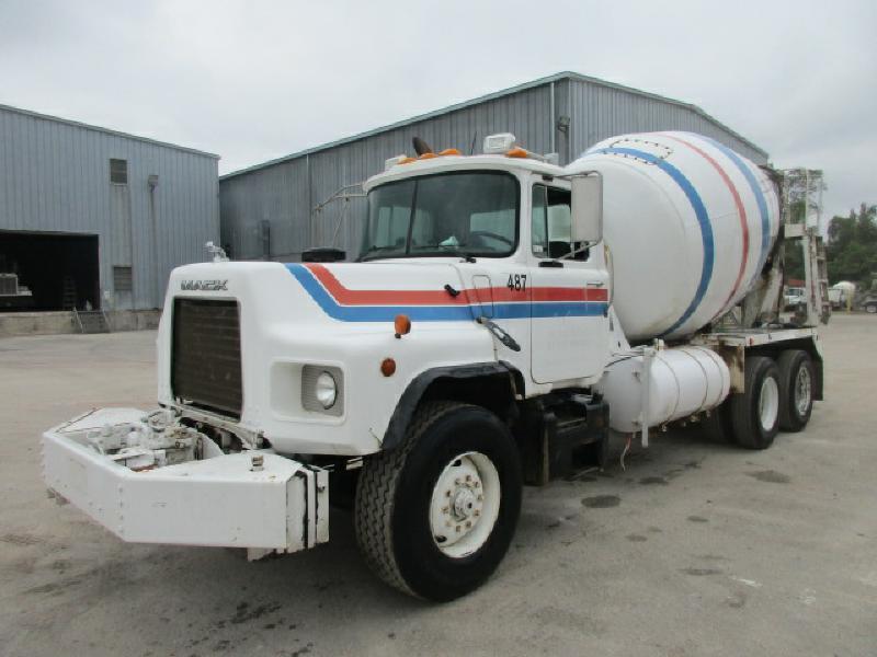 2000 Mack Dm690s  Mixer Truck