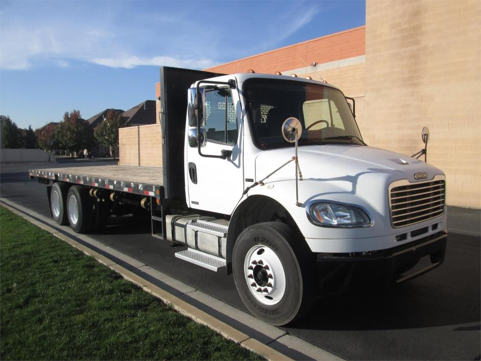 2005 Freightliner Business Class M2 106 Flatbed Truck