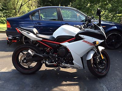 2013 Yamaha FZ 2013 Yamaha FZ6R LOW MILES Pearl white Like new