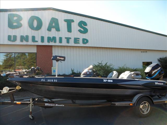 2001 Triton Tournament Bass Boats TR186