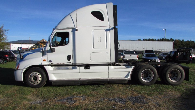 2011 Freightliner Cascadia 125 T/A Conventional w/ Sleeper