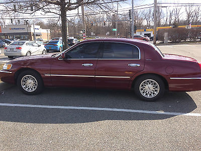 1998 Lincoln Town Car Signature 4 Door sedan Maroon, excellent condition, 4Dr sedan Fully loaded,