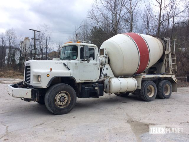 2001 Mack Dm688s  Mixer Truck