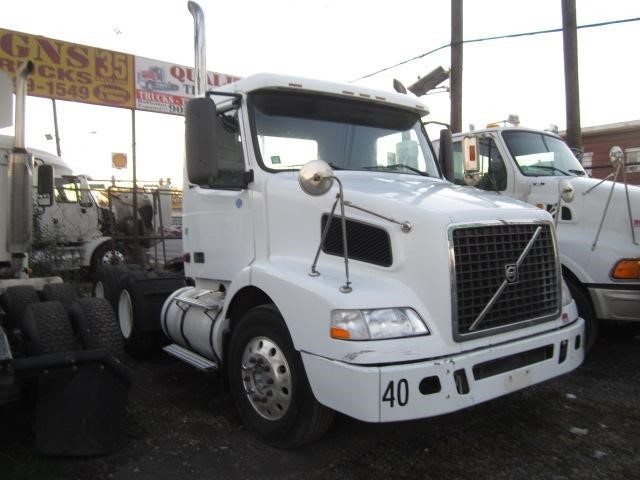 2006 Volvo Vnm64t200  Conventional - Day Cab