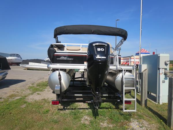2015 Sun Tracker Signature Party Barge 22 DLX