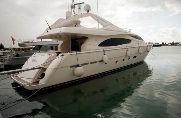 2005 Ferretti 880