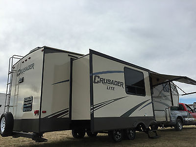 2016 CRUSADER LITE 32' 5TH WHEEL REAR KITCHEN 2 SLIDE LIKE NEW 1/2 TON TOWABLE!