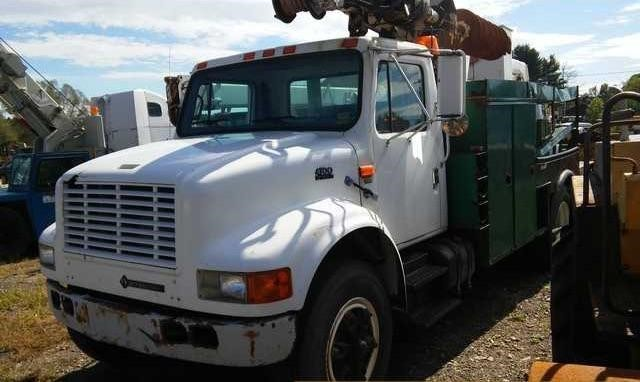 2000 International 4700  Digger Derrick