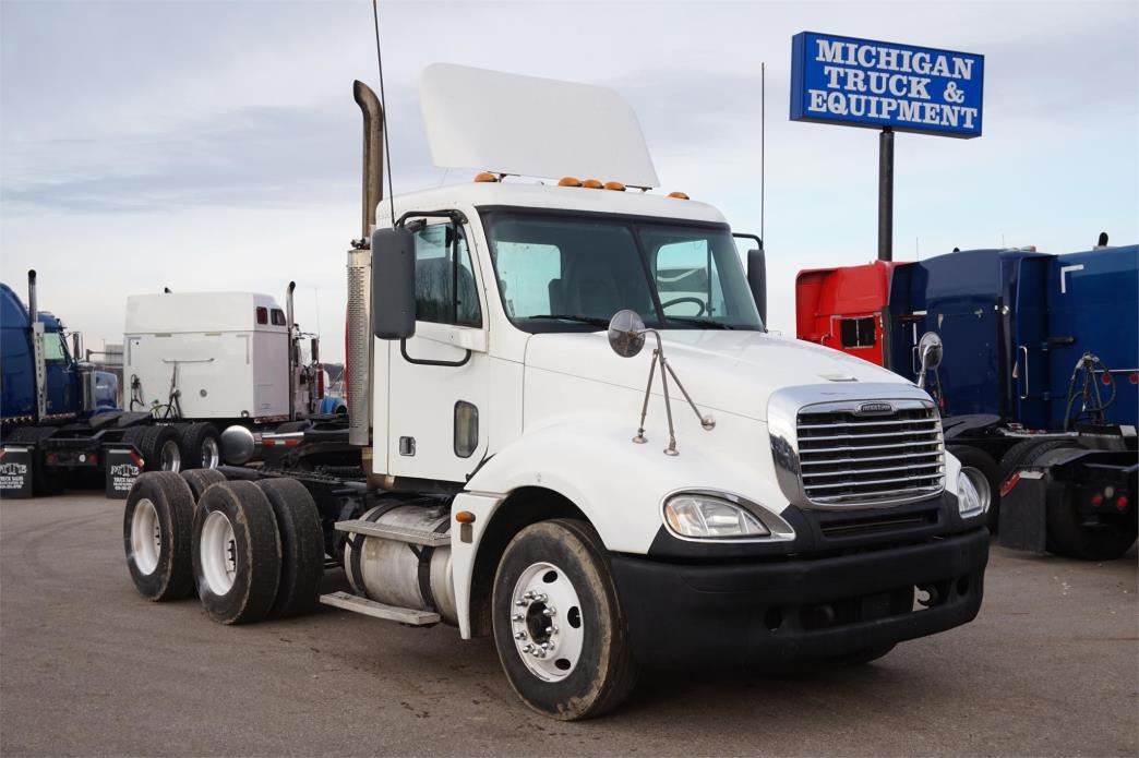 2006 Freightliner Columbia 120  Conventional - Day Cab