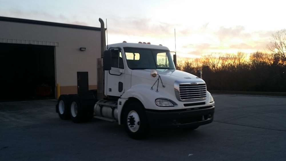 2010 Freightliner Columbia 120 Conventional - Day Cab