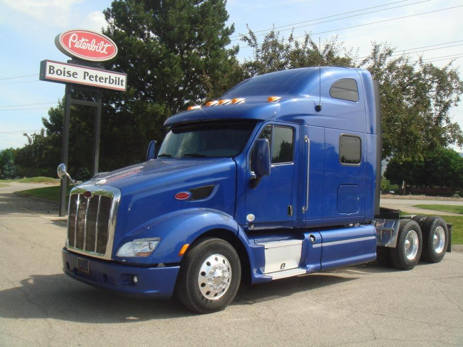 2013 Peterbilt 587  Conventional - Sleeper Truck