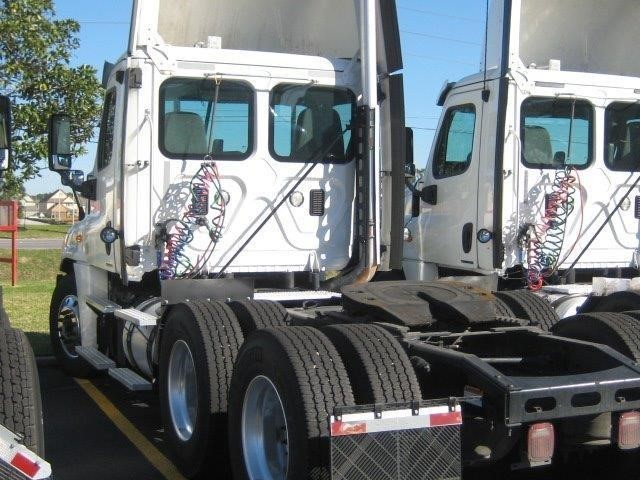 2012 Freightliner Cascadia Conventional - Day Cab, 4