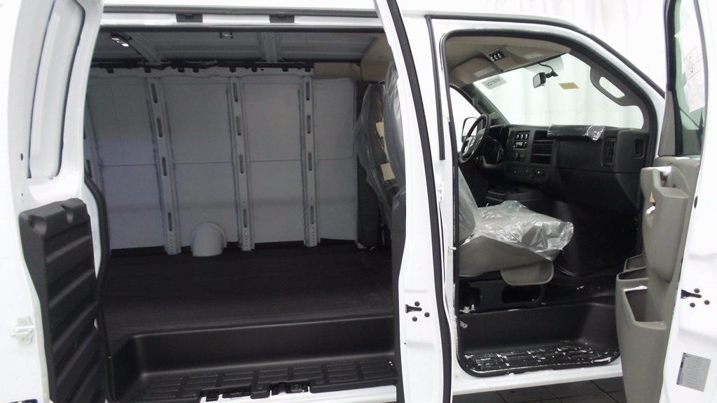 2017 Chevrolet Express 3500 Cargo Van, 9