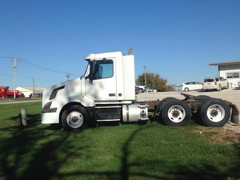 2004 Volvo Vnl Conventional - Day Cab, 1