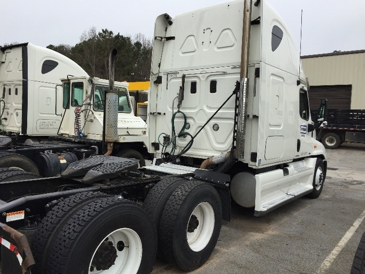 2011 Freightliner Cascadia Conventional - Sleeper Truck, 3