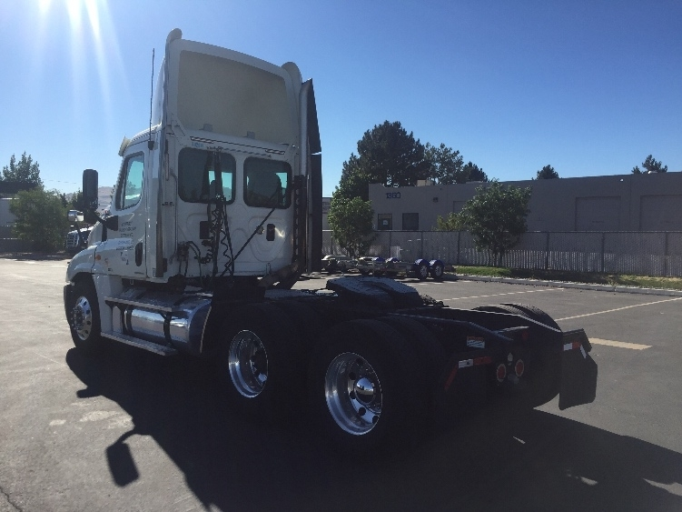 2011 Freightliner Cascadia Conventional - Day Cab, 2