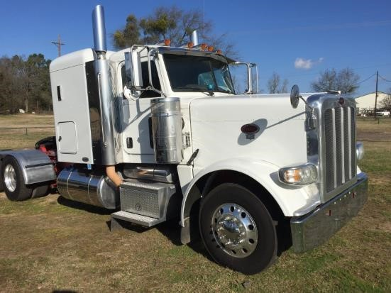 2009 Peterbilt 388  Conventional - Sleeper Truck