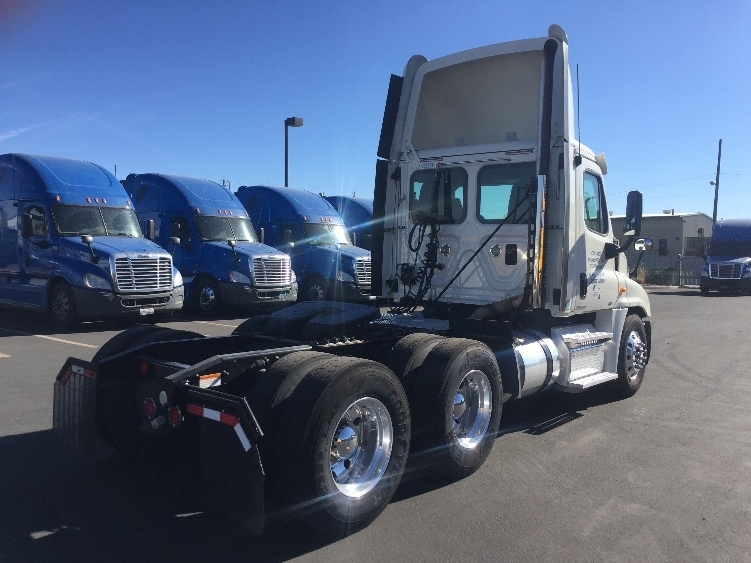 2011 Freightliner Cascadia Conventional - Day Cab, 3