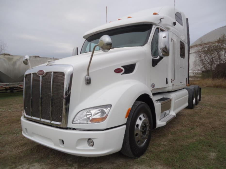 2012 Peterbilt 587  Conventional - Sleeper Truck