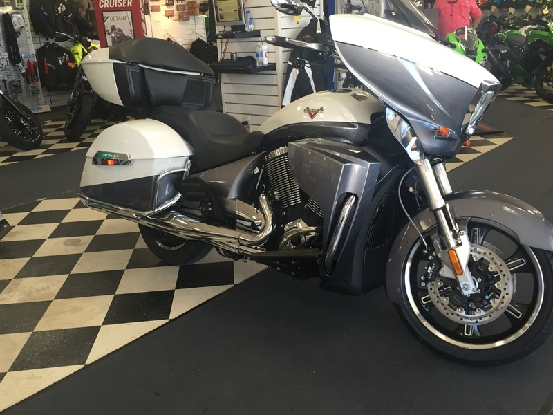 2016 Victory Motorcycles Cross Country Tour Two-Tone White Pearl and Gray