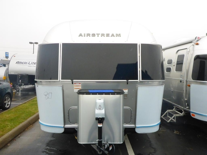2017 Airstream Flying Cloud FC 27JWBFB Queen Front