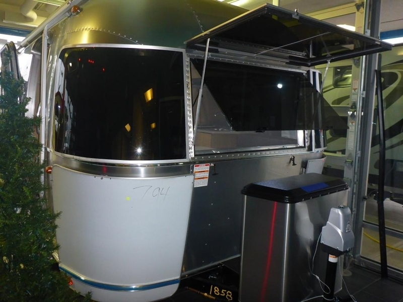 2017 Airstream Flying Cloud FC 19CNB Corner Rear