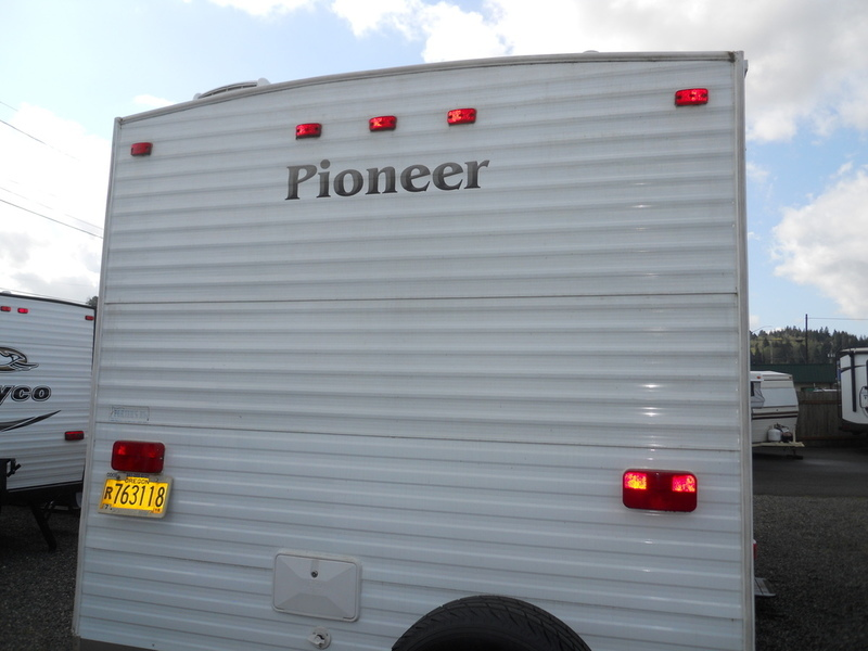 2004 Fleetwood Pioneer 250fqs, 9