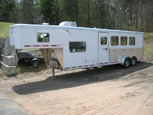 Featherlite 8533 4 horse gooseneck with living quarters for sale near Hartford, CT