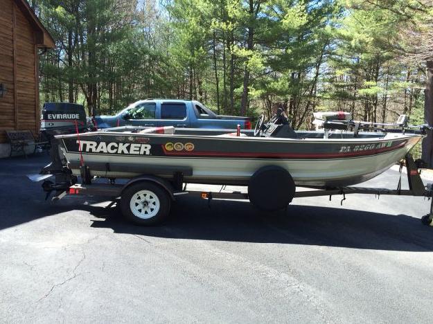 1990 Tracker Boats Pro Deep V 17