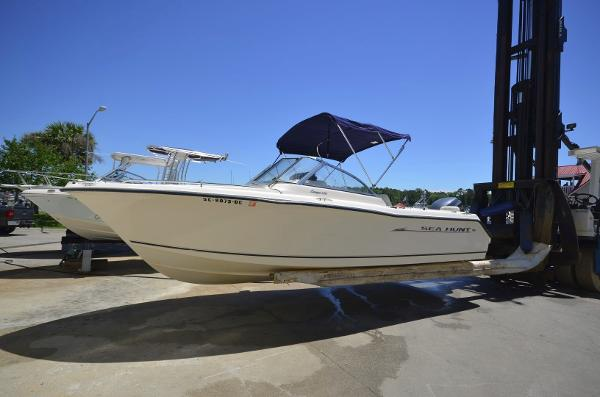 2005 Sea Hunt Escape 220