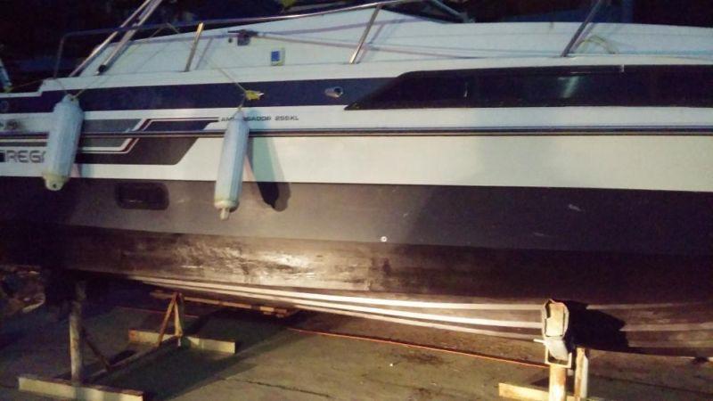 Ambassador regal  225 XL 25.5 feet long 8 feet wide cabin cruiser