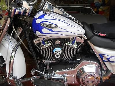 Harley-Davidson : Touring A magnificent ride for sure! Road King Classic with many extras.
