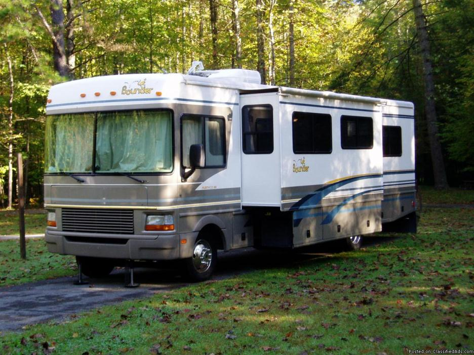 2000 BOUNDER MOTOR HOME by Fleetwood