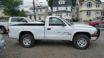 Dodge : Dakota Mid-size White color. Good conditions. Two door 4x4
