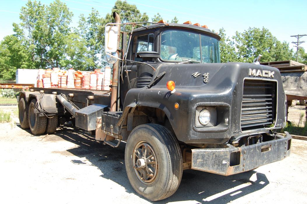 1988 Mack Dm690s Roll Off Truck