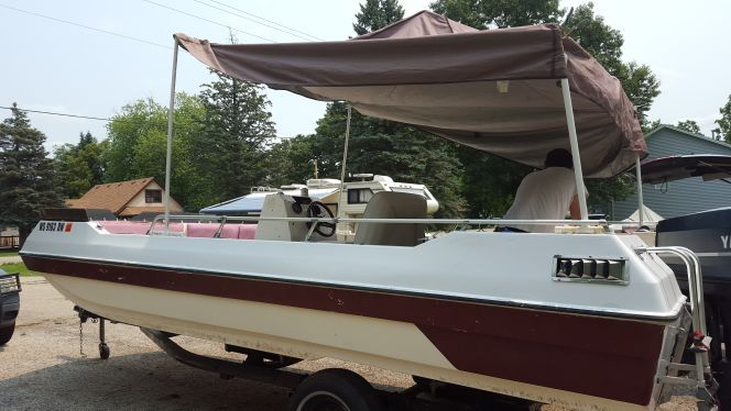 19 ft Deck Boat w/ 85 HP Yamaha motor and easy roller trailer