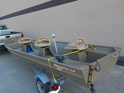 16' waco c16 flat bottomed,carpeted floor, pedistal mounted seats, and live well