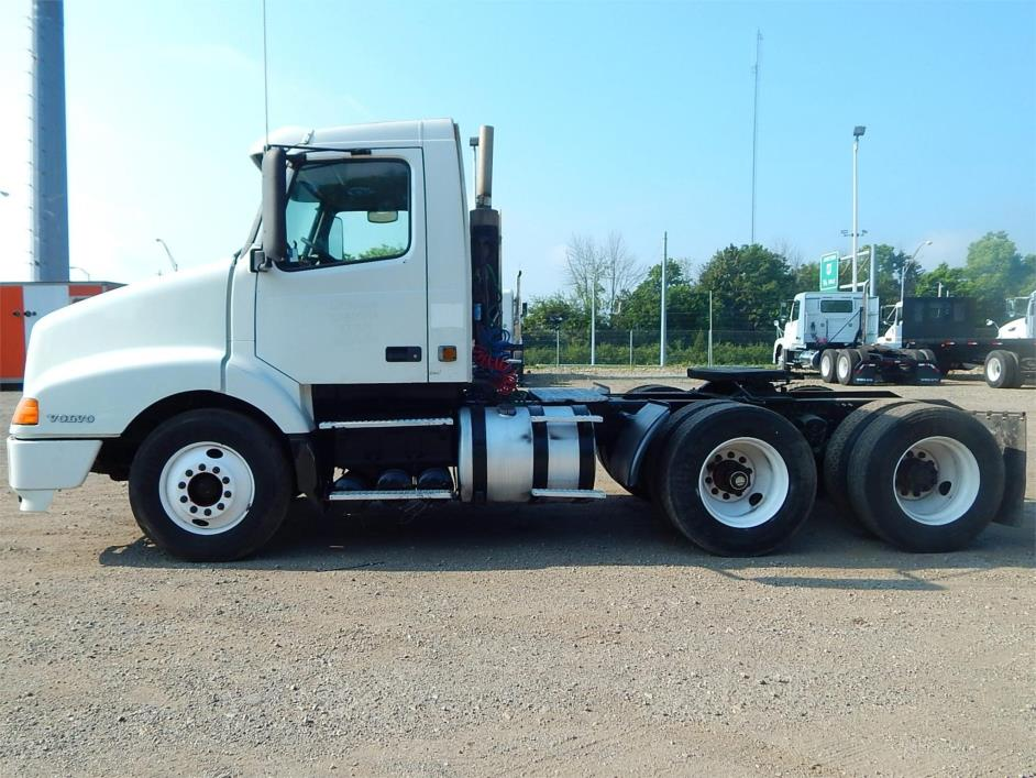 2000 Volvo Vnl64t300  Conventional - Day Cab