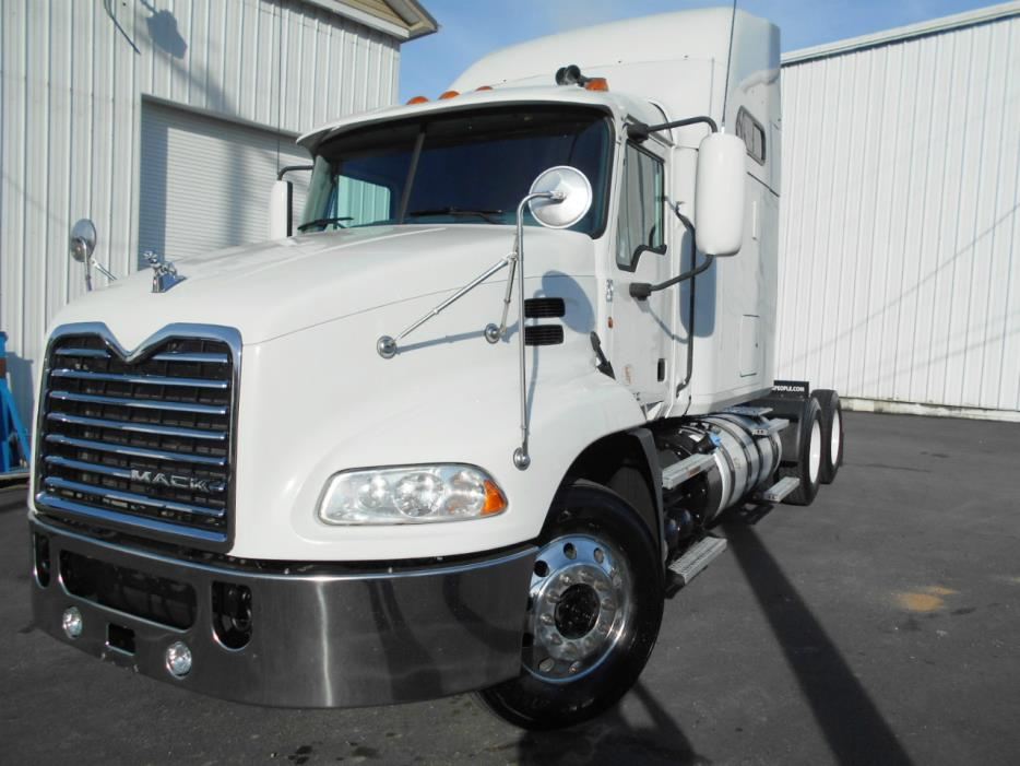 2011 Mack Pinnacle Conventional - Sleeper Truck