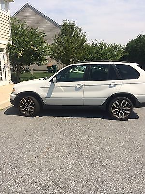 BMW : X5 X5 BMW X5 white, body in excellent condition. 4.4L, black leather interior.